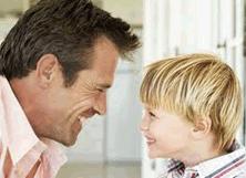 Vader en zoon kijken elkaar aan